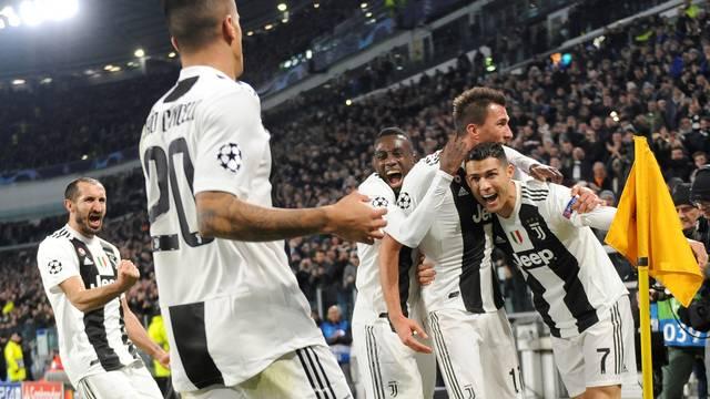 Cristiano Ronaldo (7) abraça Mandzukic na comemoração do gol da Juventus na vitória sobre o Valencia