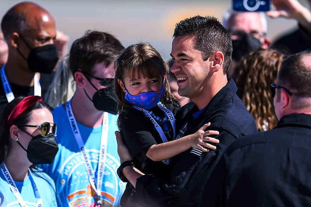 O empresário e piloto bilionário norte-americano Jared Isaacman está com sua família durante o envio da tripulação do Inspiration4 para o Kennedy Space Center da NASA na Flórida — Foto: CHANDAN KHANNA / AFP