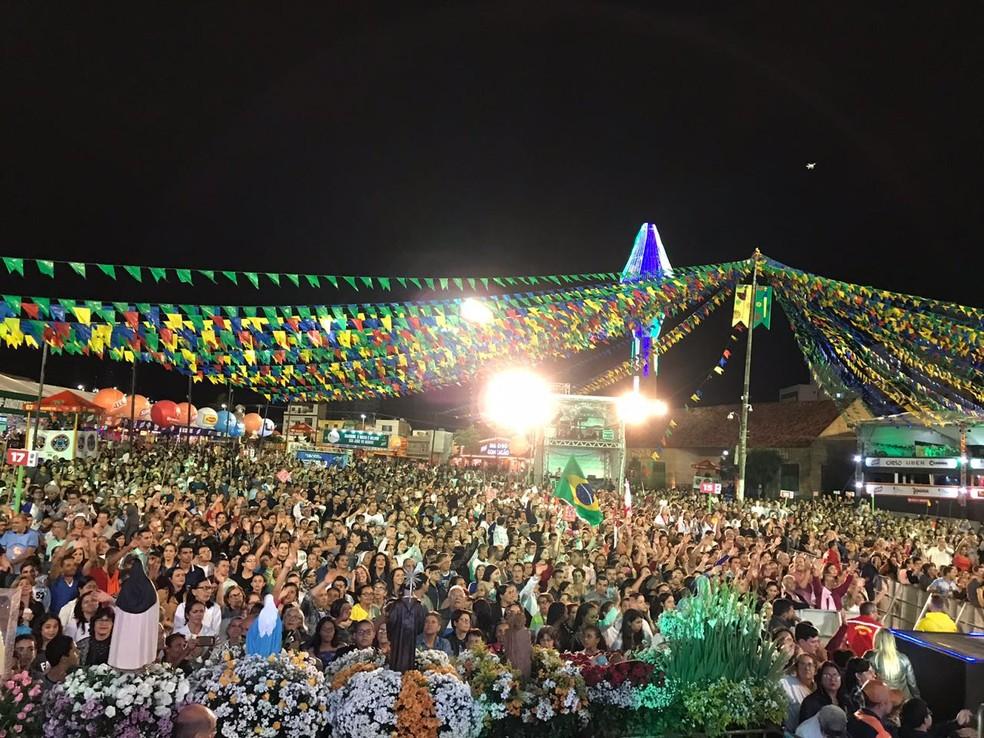 Fiéis na festa dos 70 anos da Diocese de Caruaru (Foto: Hayale Guimarães/G1)