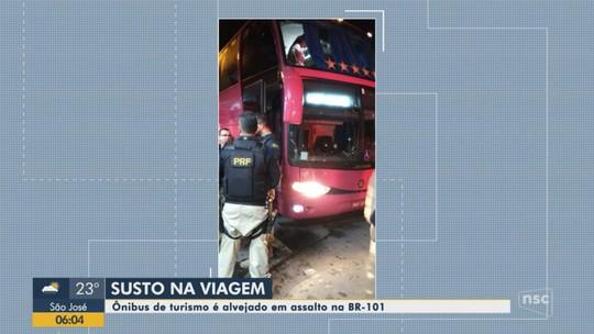 Criminosos atacam ônibus, efetuam disparos e assaltam passageiros na BR-101, em Araquari