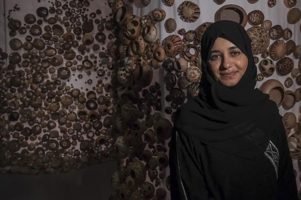 A saudita Zahrah Al Ghamdi apresenta a sua obra na Bienal de Veneza em prévia para a imprensa  (Foto: Getty Images)