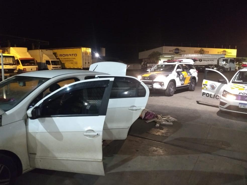 Cerca de 57 quilos de maconha são apreendidos em carro com menor de idade na Rodovia Castello Branco — Foto: Polícia Militar Rodoviária/Divulgação