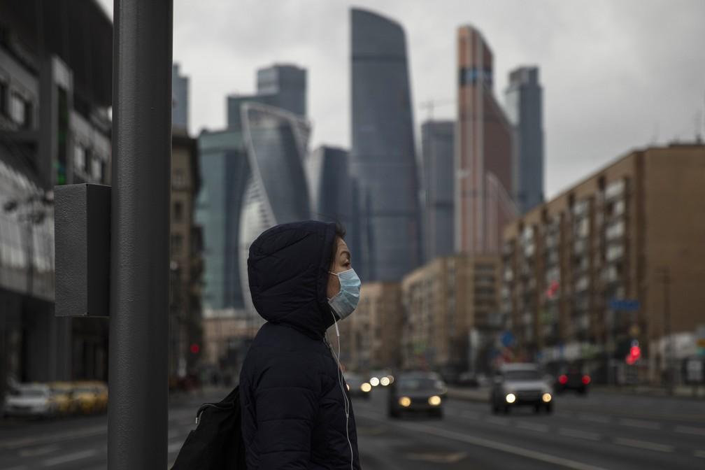 Mulher se protege do coronavírus com máscara em Mosou, na Rússia, nesta quinta0feira (2), quando o mundo atingiu 1milhão de casos — Foto: AP Photo/Pavel Golovkin