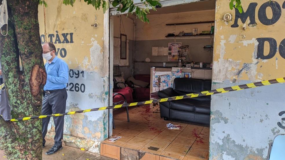 Pollícia Civil isolou local para perícia e investiga a motivação do crime: latrocínio, feminicídio ou homicídio — Foto: Jean Gomes/Portal Ternura