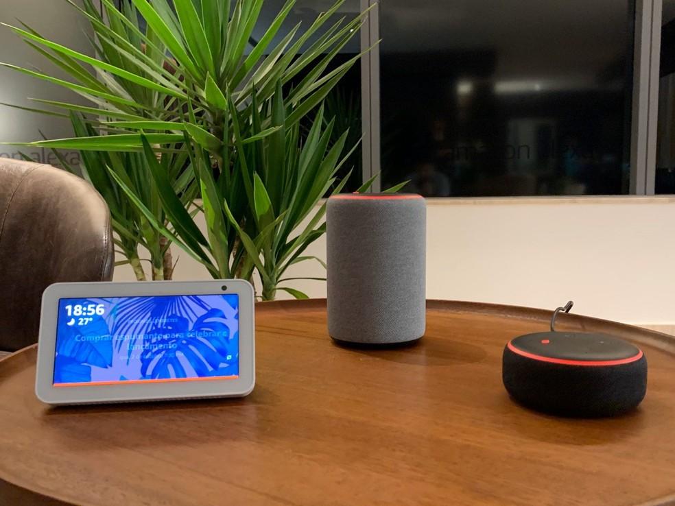 Dispositivos Echo da Amazon: Echo Show 5 (esquerda), e Echo (centro) e Echo Dot (direita). — Foto: Thiago Lavado/G1
