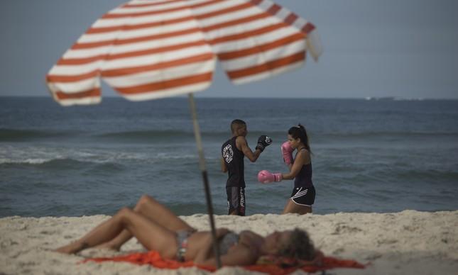 Yan Teixeira e Kedma Bienvenuto treinam com o mar da Barra ao fundo
