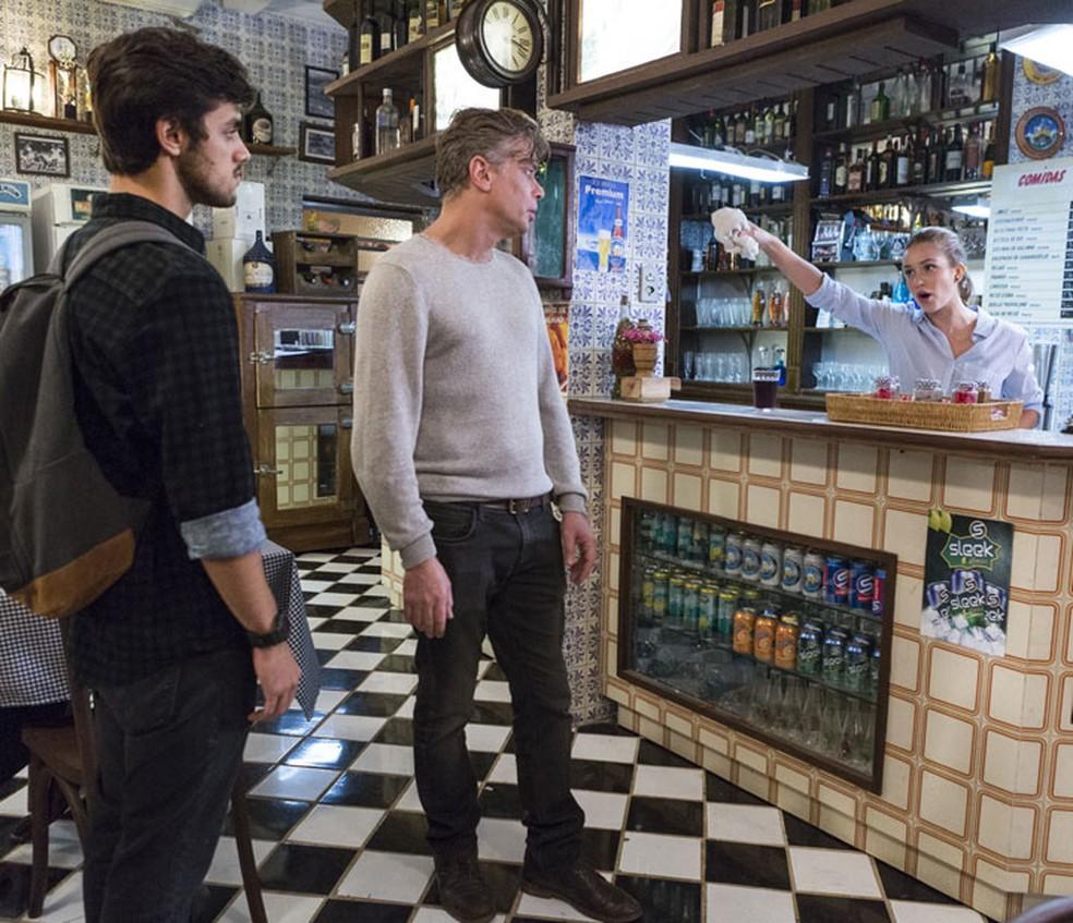 Eliza (Marina Ruy Barbosa) perde a paciência com Arthur (Fábio Assunção) e Jonatas (Felipe Simas) — Foto: Ellen Soares/Gshow