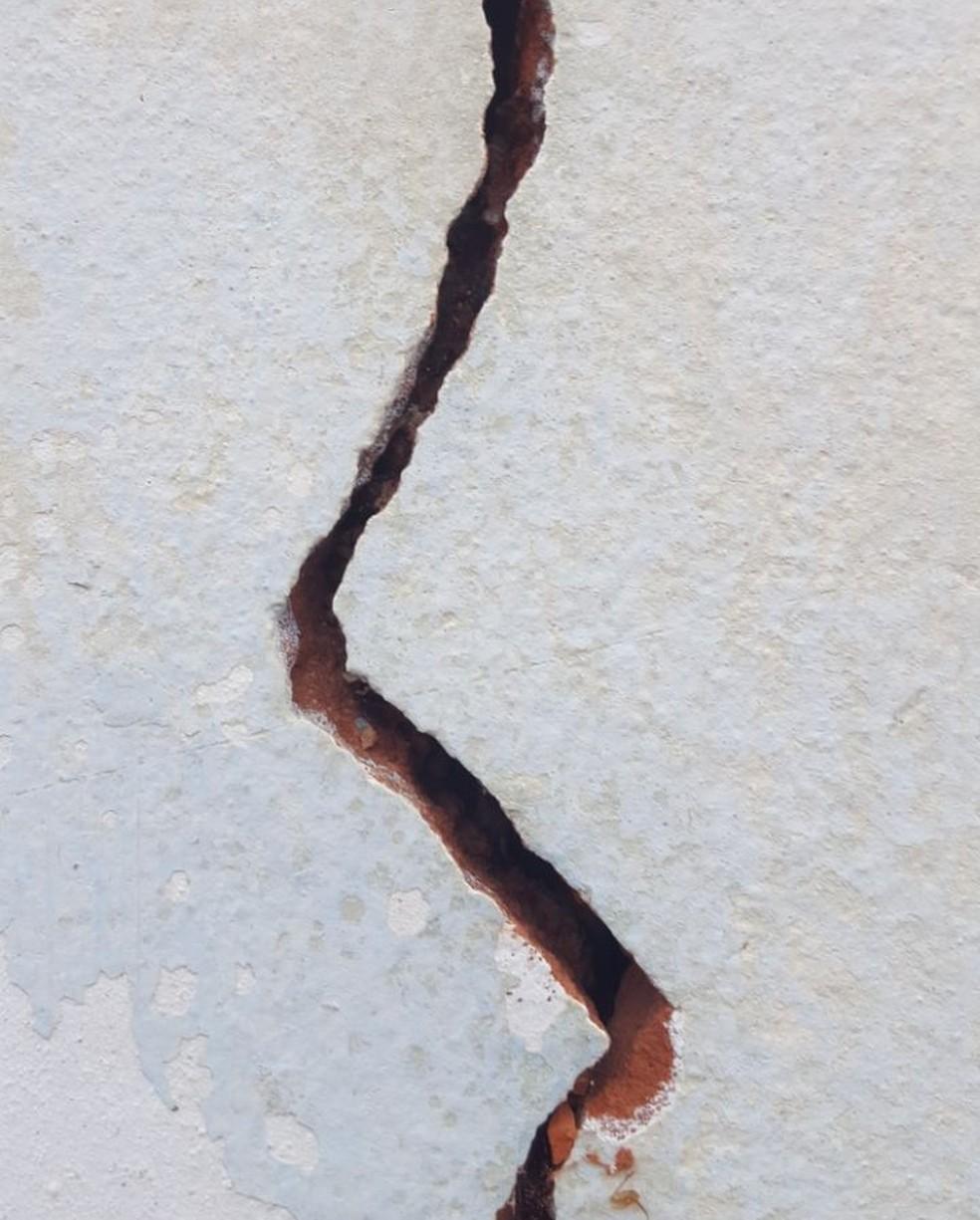 Moradores afirmam que a rachadura na parede aumentou depois do tremor (Foto: Raquel de Oliveira Souza)