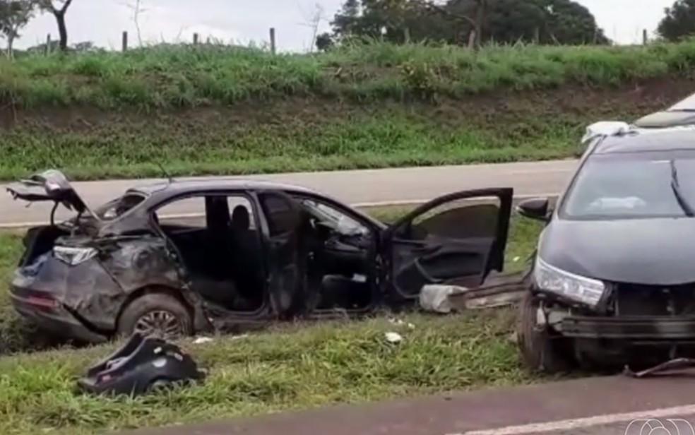 Carros derraparam na pista molhada e bateram, em Santo Antônio do Descoberto — Foto: Reprodução/TV Anhanguera