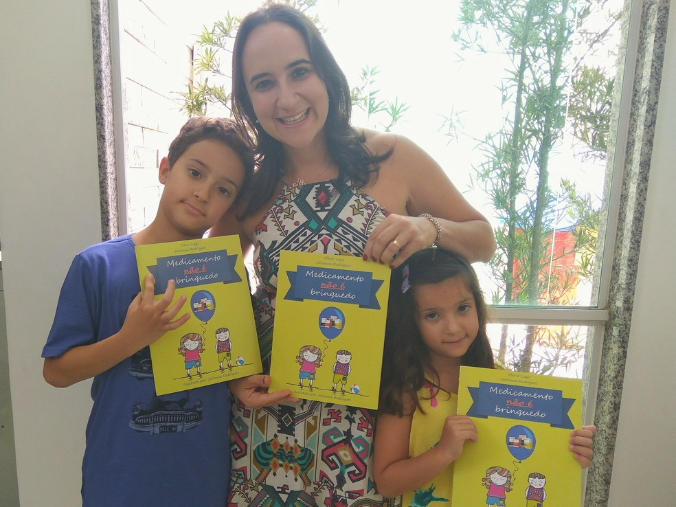 Em 2017, Julianna criou o projeto 'Medicamento não é brinquedo' junto com o farmacêutico Flávio Lago — Foto: Arquivo Pessoal/Julianna Rodrigues