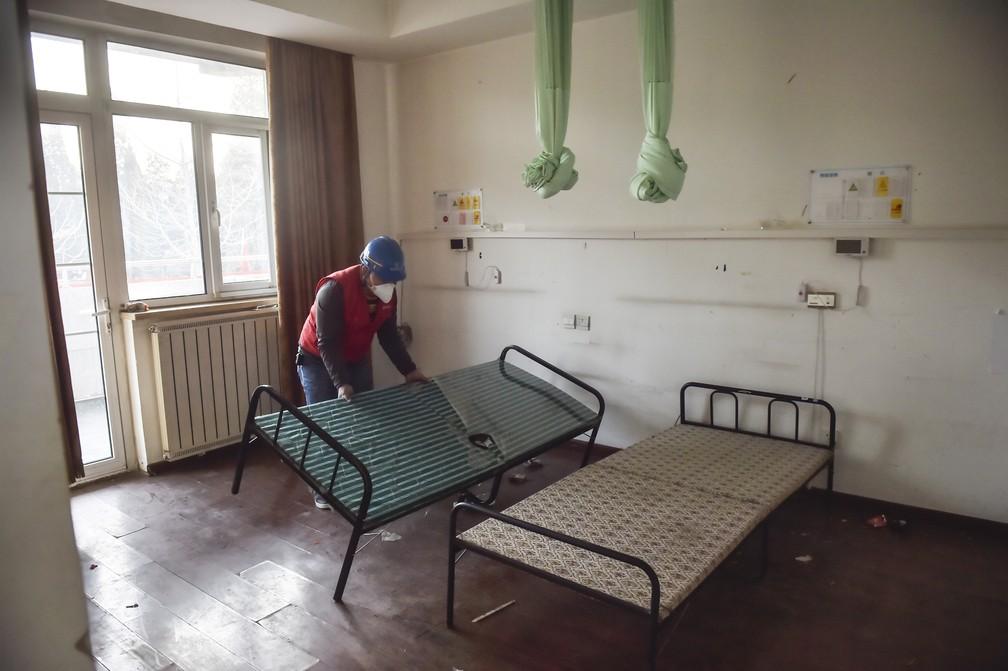 Homem participa de reforma do hospital Xiaotangshan, em Pequim (China). Unidade recebeu pessoas com Sars em 2003 e agora se prepara para atender pacientes com o novo coronavírus — Foto: Peng Ziyang/Xinhua via AP
