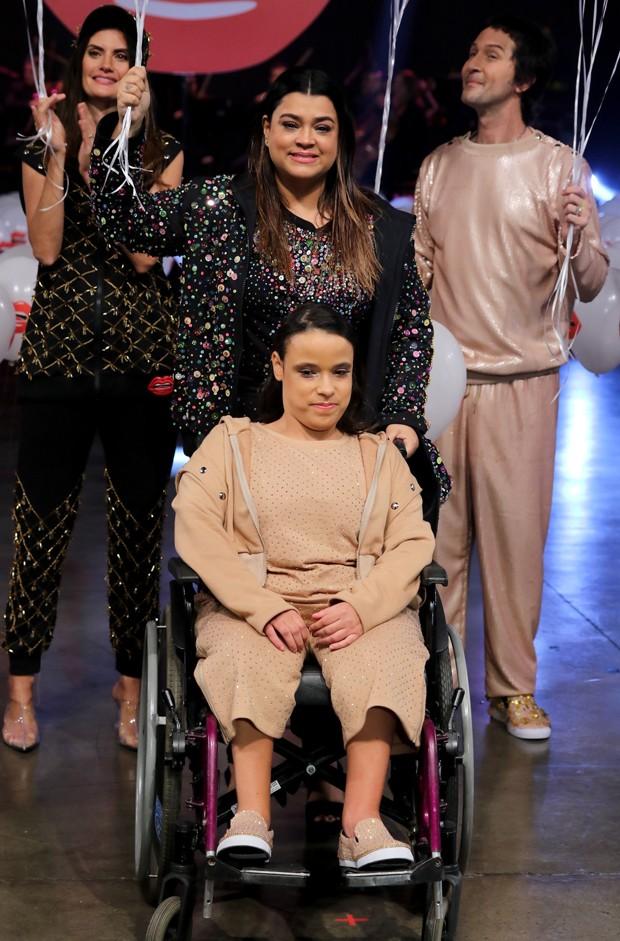Preta Gil (com Isabella Fiorentino e Arlindo Grund ao fundo) em desfile em prol da inclusão (Foto: Thiago Duran/AgNews)