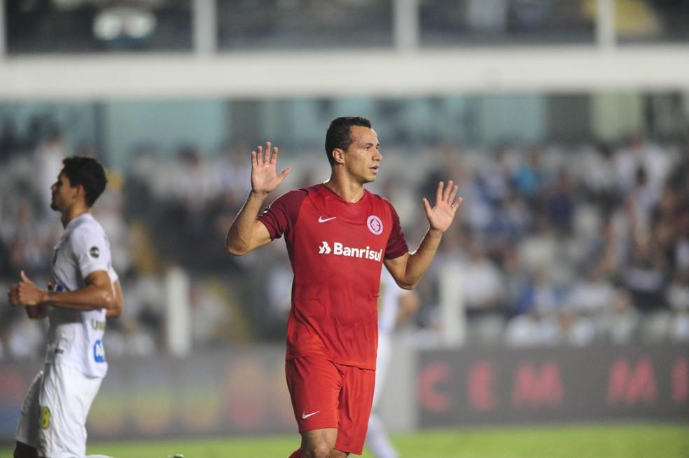Damião teve comemoração tímida por já ter jogado no Santos (Foto: Ricardo Duarte/Divulgação Inter)