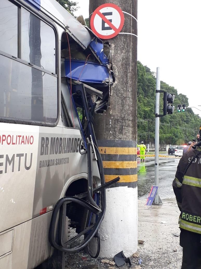 Ônibus intermunicipal bate em poste e deixa cinco pessoas feridas em Santos