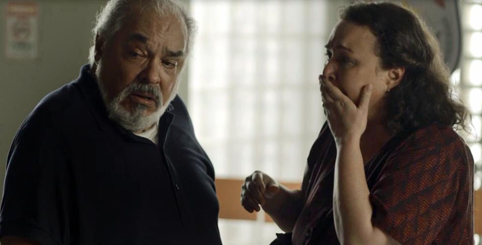 Nice tenta tranquilizar o marido (Foto: TV Globo)