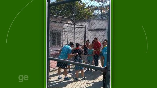 Renato é tietado na Gávea, posa para fotos e ouve pedidos para treinar o Flamengo