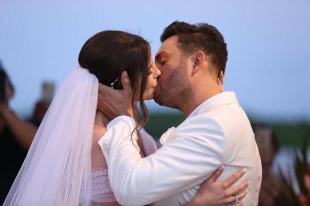 Resultado de imagem para Cantor Mano Walter e ex-miss Débora Silva se casam e reúnem famosos