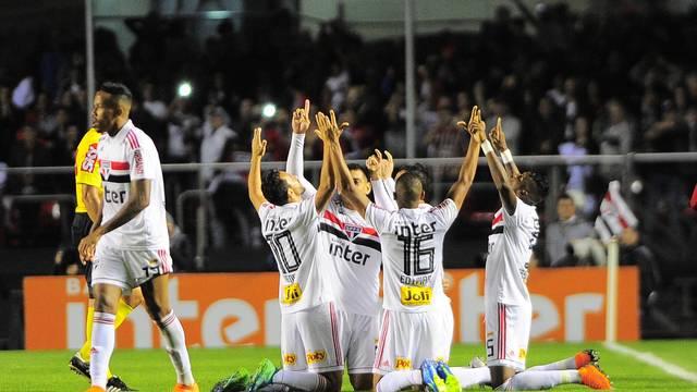 Jogadores do São Paulo comemoram o gol de Anderson Martins