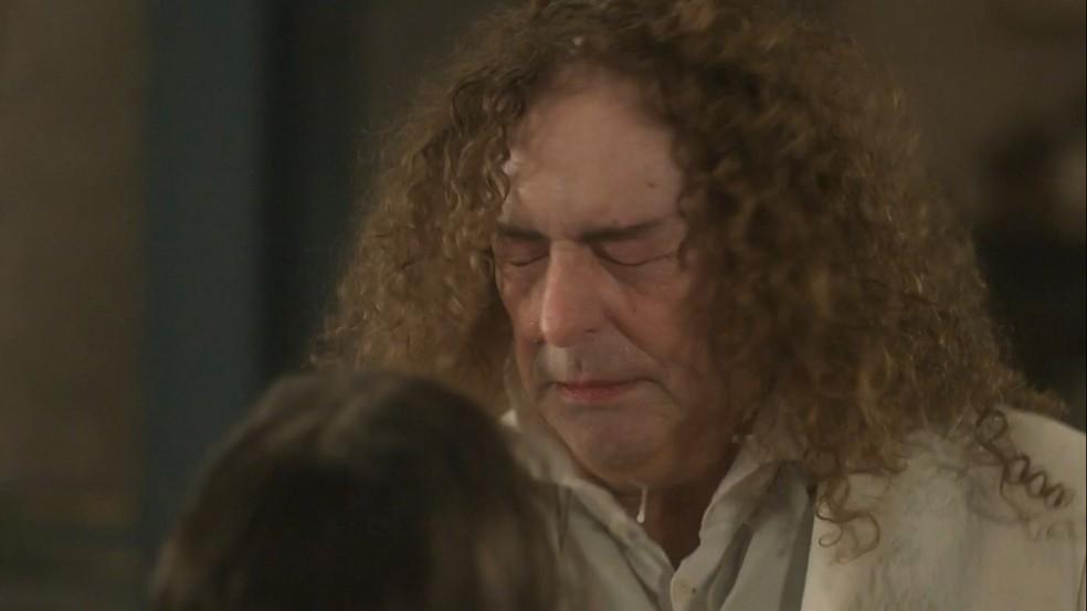 Sebastião (Roberto Cordovani) leva uma cusparada de Cecília (Isabella Dragão), em 'Novo Mundo' — Foto: TV Globo
