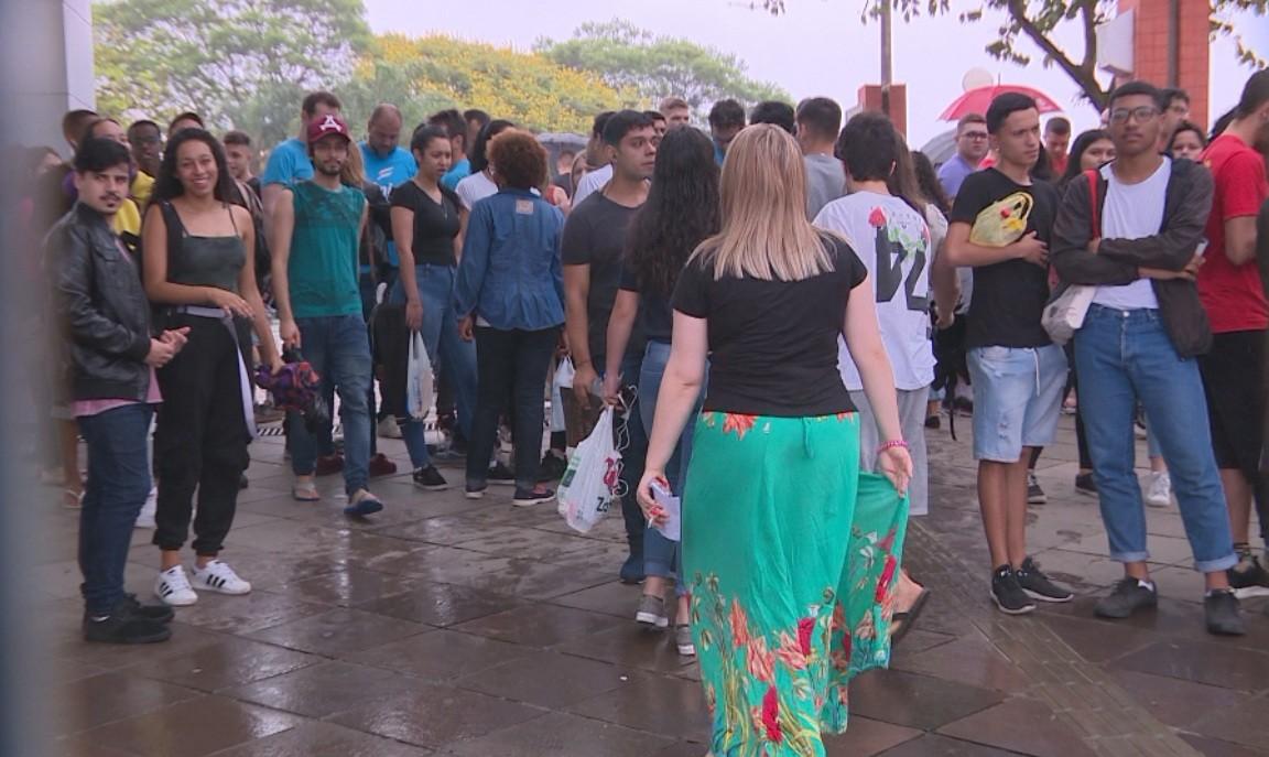 'A gente sai bem exausta', diz estudante após segundo dia de provas do Enem em Porto Alegre - Notícias - Plantão Diário