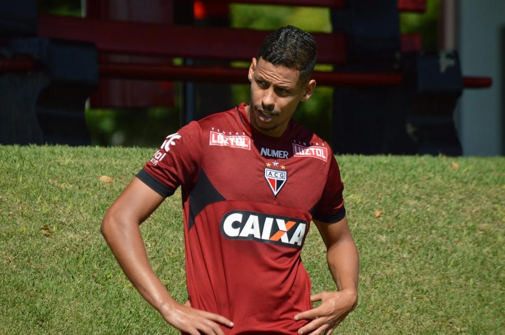 Fernandes tem conseguido destaque com a camisa do Atlético-GO (Foto: Paulo Marcos)