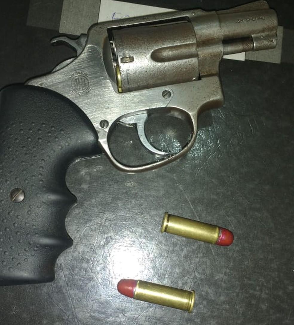 Com o jovem foram apreendidos um revólver e certa quantidade de maconha (Foto: Divulgação/Polícia Militar)
