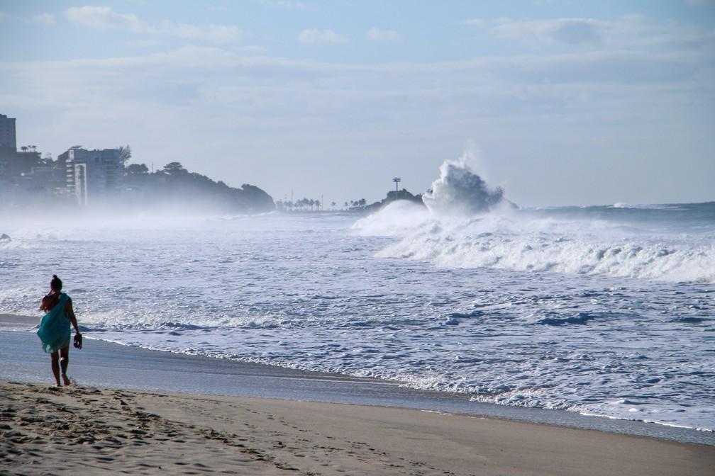Ressaca na Praia do Leblon — Foto: José Raphael Berrêdo/G1