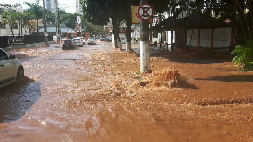 Córrego do parque Itanhangá transbordou e assustou moradores em Campo Grande. — Foto: Magno Lemes/TV Morena