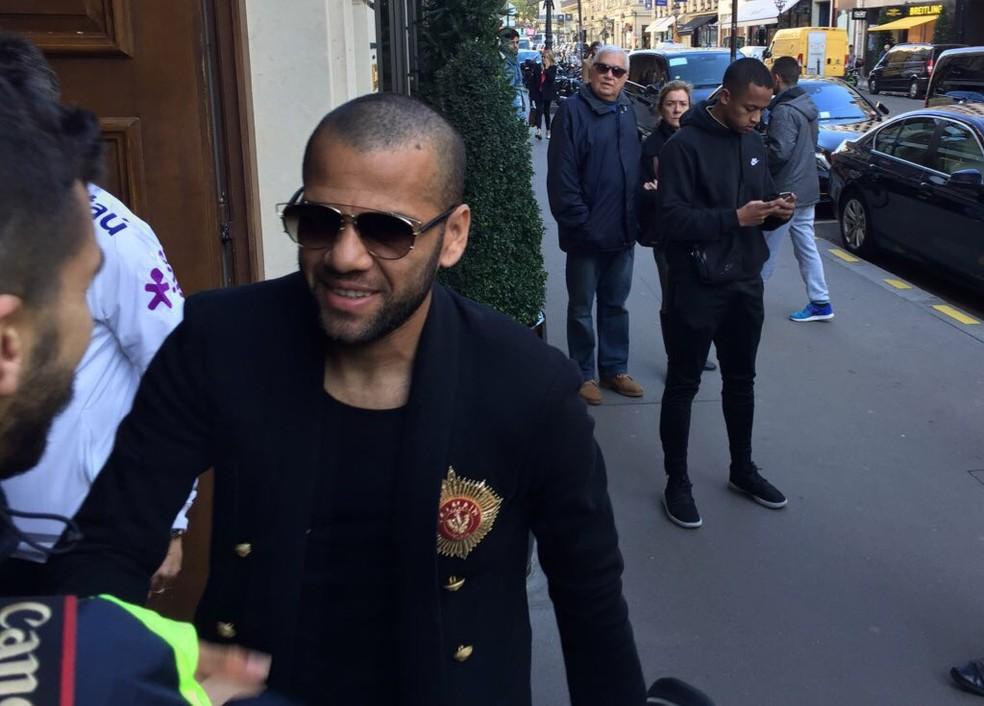 Daniel Alves na porta do hotel da Seleção (Foto: Alexandre Lozetti)