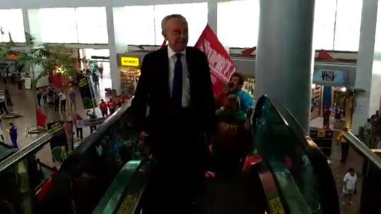 Protesto no aeroporto de Alagoas cobra posicionamento de parlamentares sobre a reforma da Previdência