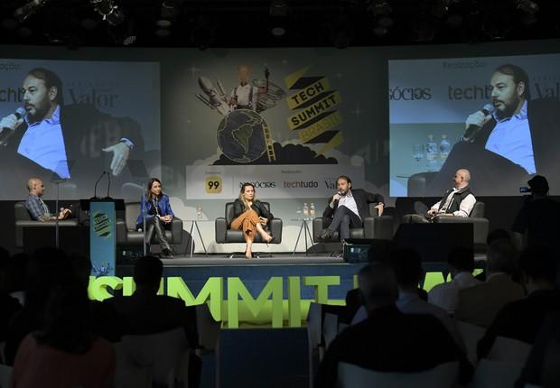 Debatentes no painel do Tech Summit. Com o microfone, está Eduardo Musa, fundador da Yellow (Foto: Flavio Bio Foto)