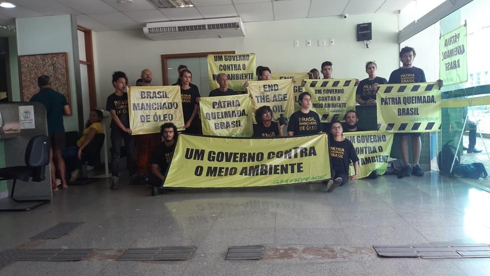 Ativistas do Greenpeace foram levados para 5ª Dp, na Asa Norte — Foto: Carolina Cruz/TV Globo