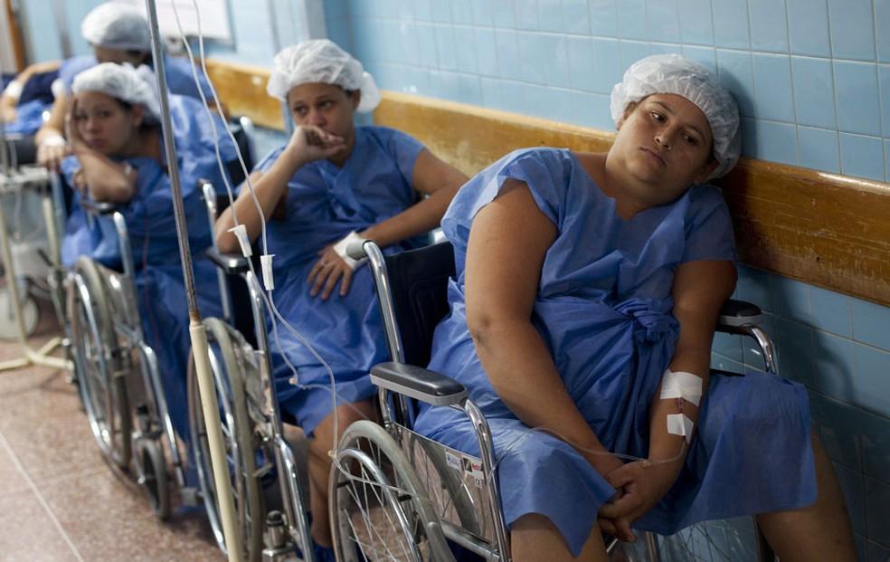 Mulheres esperam em fila para realizar partos cesarianos na maternidade do hospital público Santa Ana, em Caracas, na Venezuela (Foto: Carlos Garcia Rawlins/Reuters)