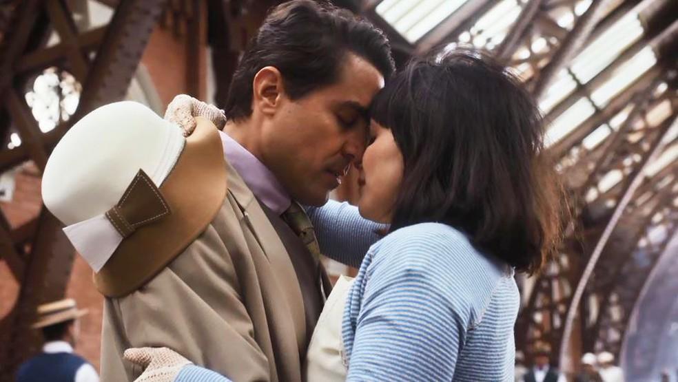 Clotilde (Simone Spoladore) se despede de Almeida (Ricardo Pereira) em 'Éramos Seis' — Foto: Globo