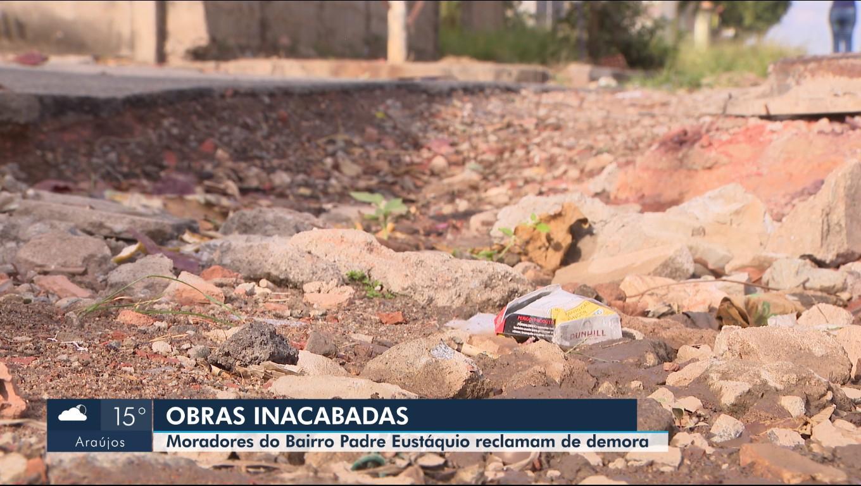 Moradores reclamam de transtornos causados por obras inacabadas em Divinópolis - Notícias - Plantão Diário
