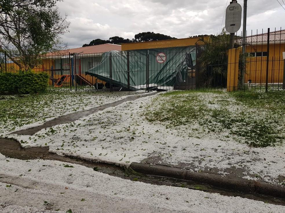 Parte da cobertura da Escola Municipal Eneas Marques dos Santos, no Capão da Imbuia, foi danificada pelas pedras de gelo — Foto: Astéria Schnaider/Arquivo pessoal
