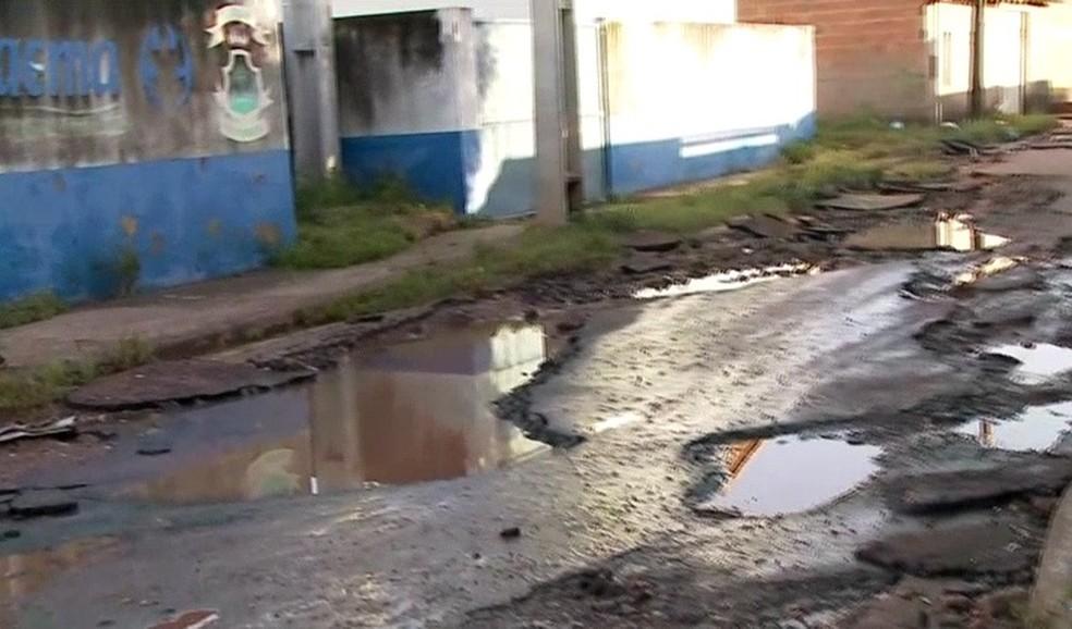 O riacho Capivara transbordou e causou alagamento em toda a região, pegando os moradores desprevenidos. — Foto: Reprodução/ TV Mirante