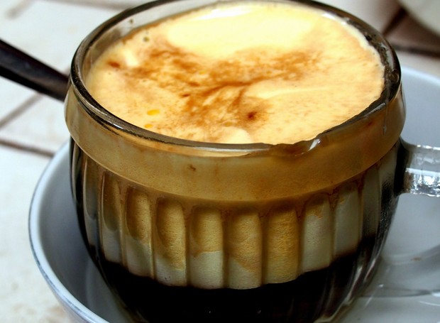 O café com ovo é uma bebida comum em países como Hungria e Vietnã (Foto: Legal Nomads/ Reprodução)