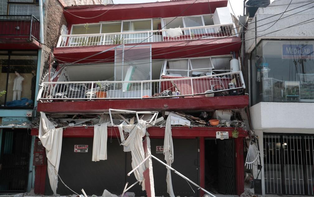 Um prédio altamente danificado pelo terremoto é visto no bairro de Narvarte, na Cidade do México, na terça-feira (19) (Foto: Eduardo Verdugo/AP Photo)