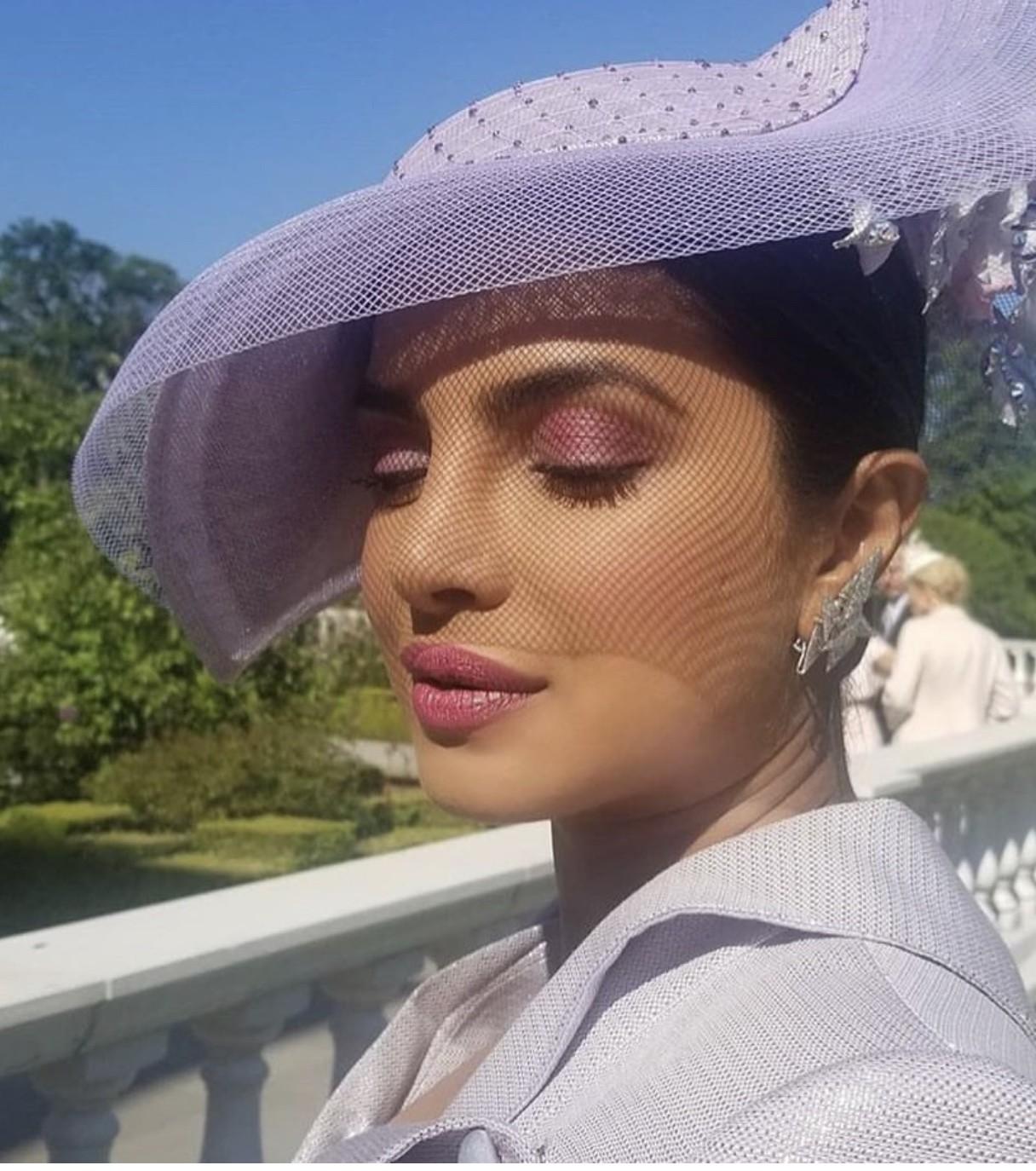 A atriz indiana Priyanka Chopra também foi de fascinator (Foto: Reprodução Instagram)