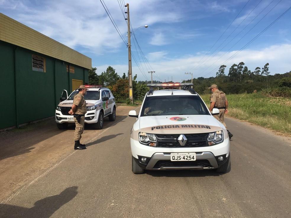 Equipes policiais de pelo menos três cidades foram envidadas para dar suporte na ocorrência — Foto: Pedro Garcia/NSC TV