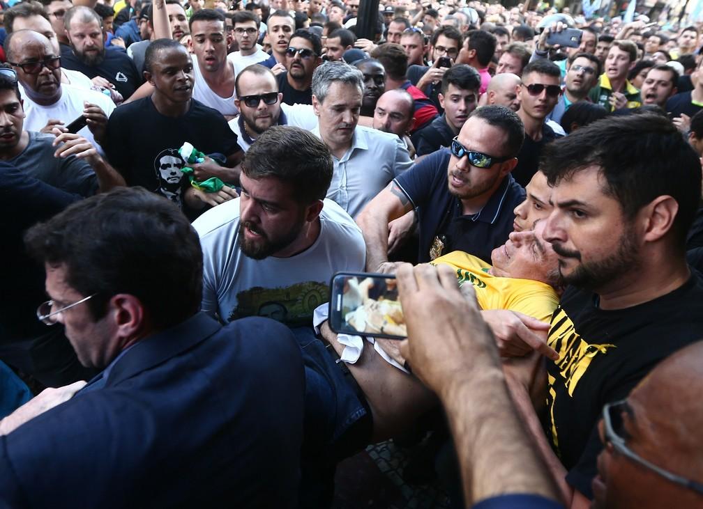Jair Bolsonaro é socorrido pouco depois de ter levado uma facada em Juiz de Fora (MG) — Foto: Fábio Motta/Estadão Conteúdo