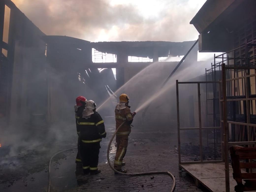 Incêndio em fábrica de produtos de couro em Dores de Campos é contido pelos bombeiros