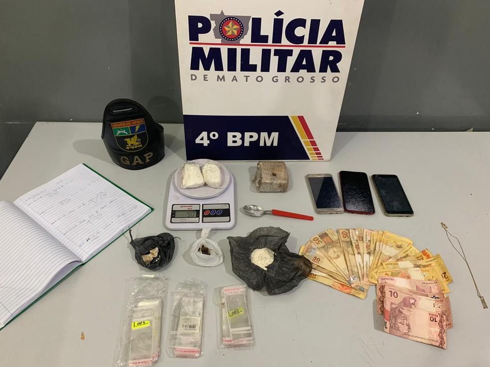 Porções de drogas, dinheiro, celulares e balança foram apreendidos — Foto: Polícia Militar/Divulgação