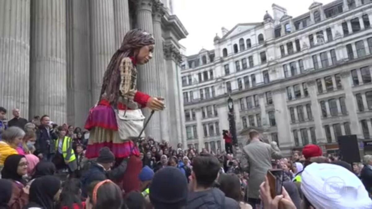 Jornada de boneca gigante chama atenção do mundo para drama dos refugiados