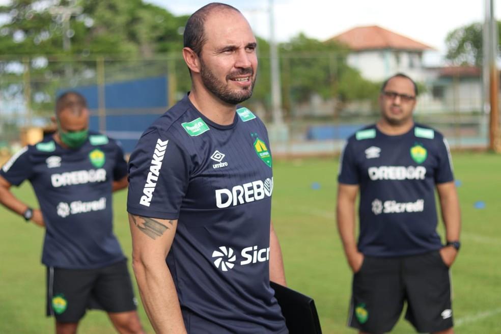 Allan Aal com apenas 41 anos é o técnico do acesso do Cuiabá para a elite do Brasileirão — Foto: AssCom Dourado