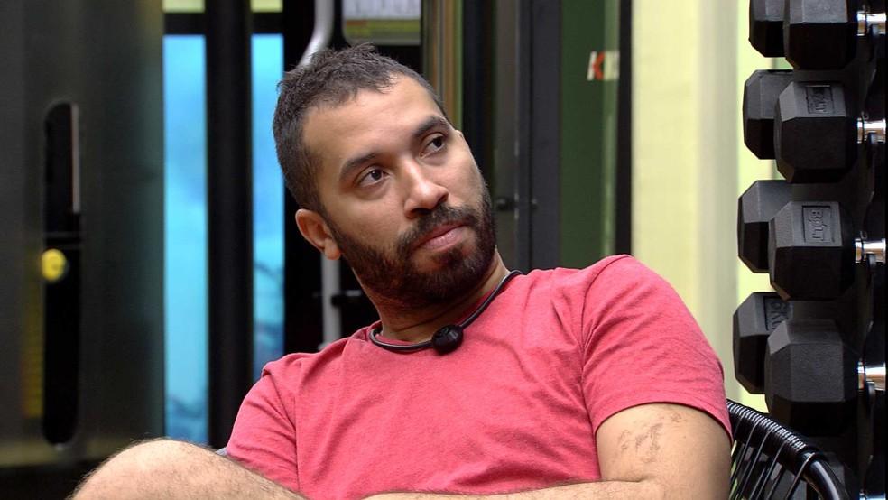 Gilberto para João Luiz: 'O Projota quer fazer com você o que eu acho que ele fez comigo' — Foto: Minuto a Minuto - BBB