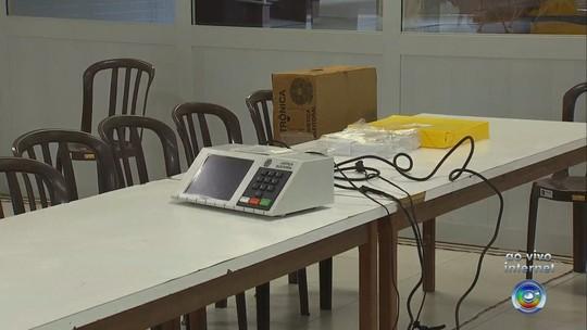 Equipes da Justiça Eleitoral organizam urnas nas seções de Jundiaí