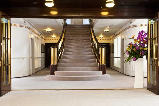 As grandes escadarias do navio, que dão acesso aos cômodos dos integrantes da família real (Foto: Divulgação)