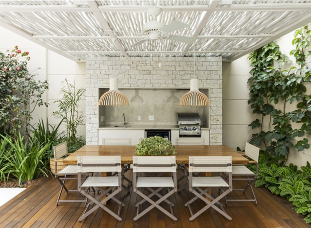 No espaço restrito, uma mesa de jantar grande foi escolhida para receber amigos e família  (Foto: Divulgação)
